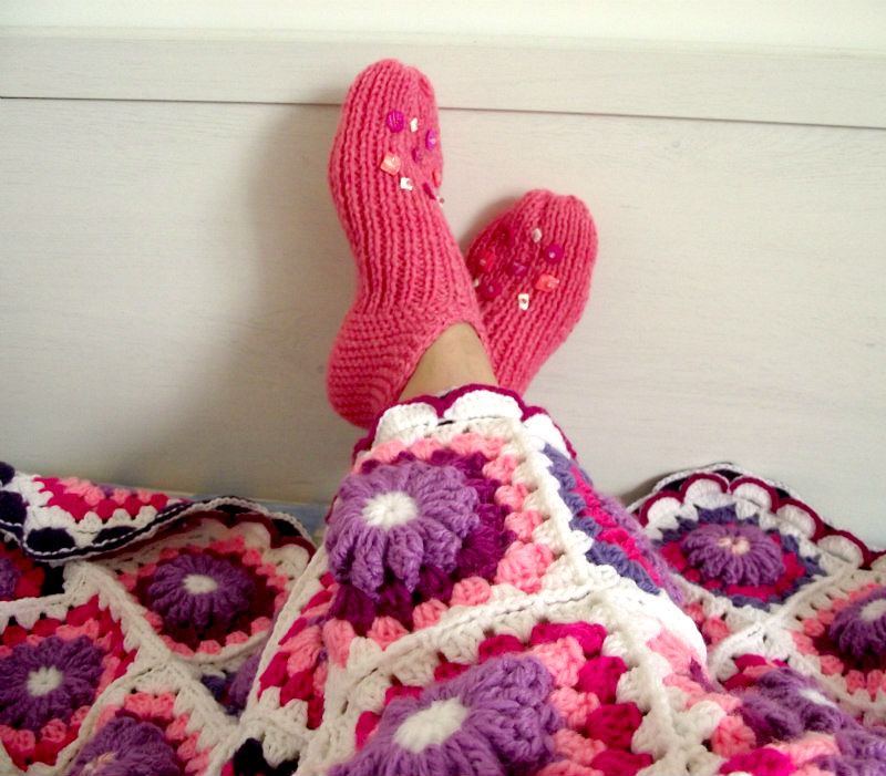 cozy under crochet granny square blanket with knitting slippers shoes knitting pattern by Lilia Vanini Liliacraftparty
